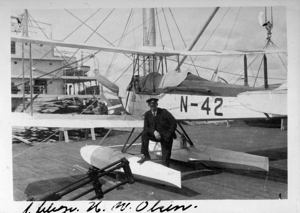 Bilde av 1. telegrafist K. W. Ohrem med flyet N-42
