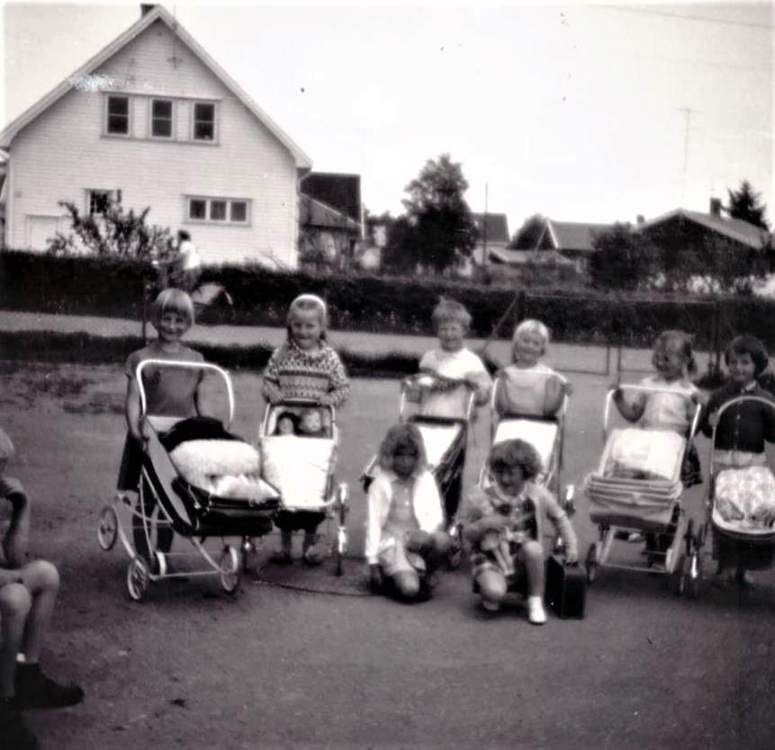 Bilde av Jenter med barnevogner / Beintegata 16