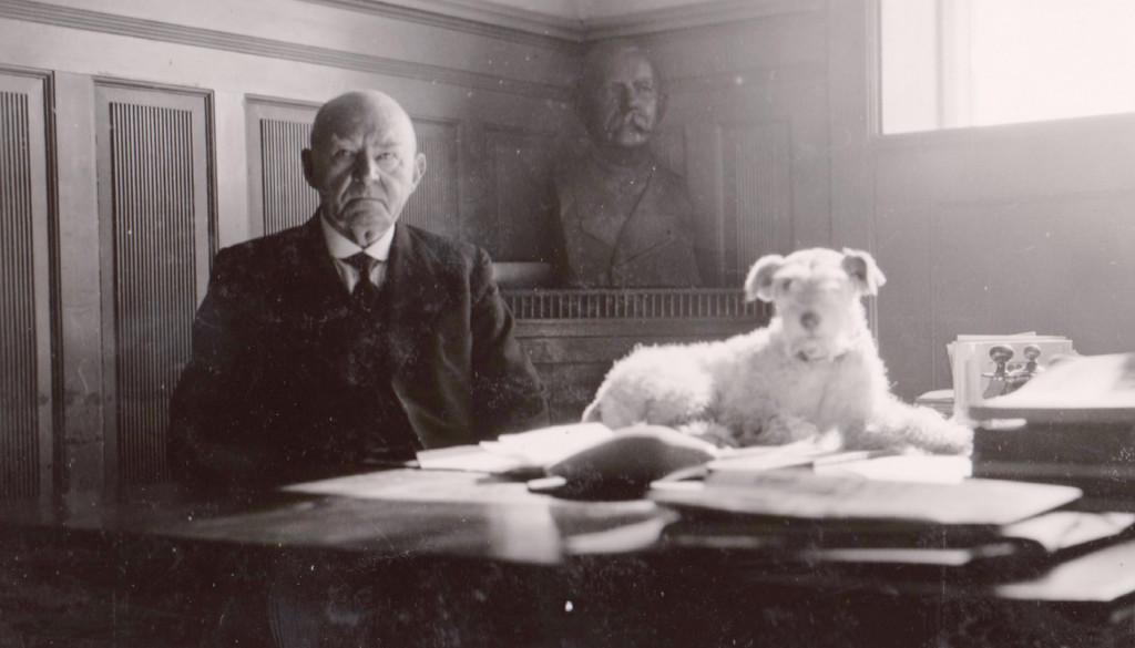 Bilde av Direktør Knutsen med Rusken på skrivebordet