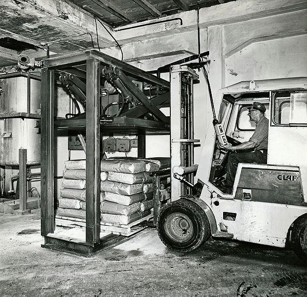 Bilde av Sekker med fleiket fettsyre blir presset før pallen blir stroppet. Truckfører er A.Theodorsen.