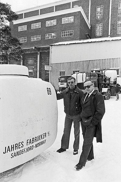 Bilde av Direktør Bjørneland og personalsjef Bjørn Nerlie innspiserer en container.