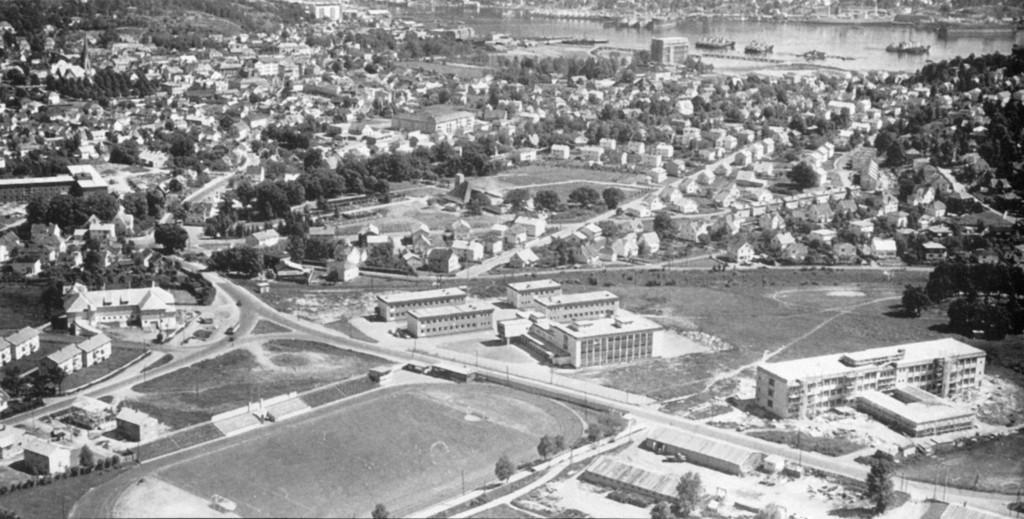 Bilde av Gårdsbebyggelsen til venstre
