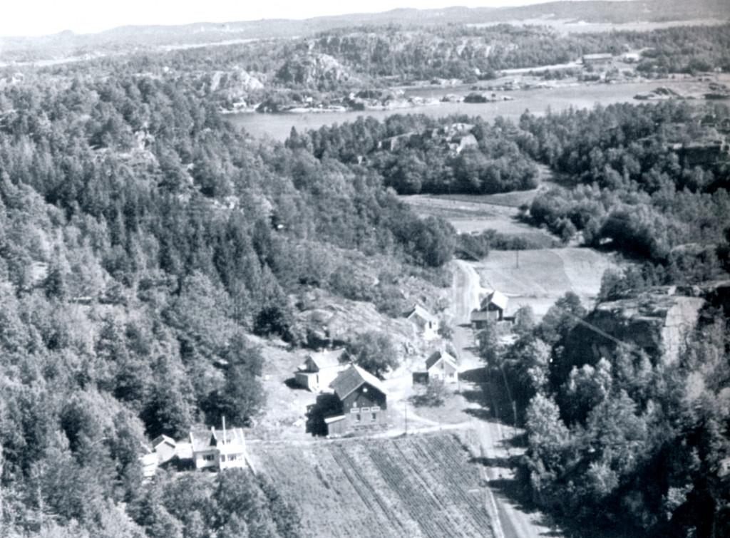 Bilde av Jon Langebys gård midt på bildet