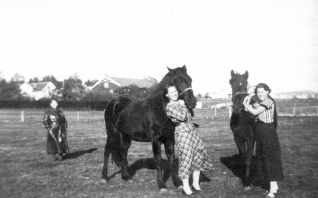 Bilde av Erna og Sigrid med hester
