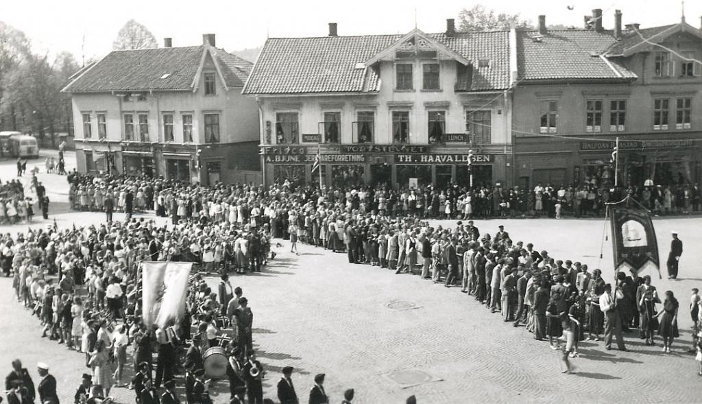Bilde av 17. mai - oppstilling på Torget