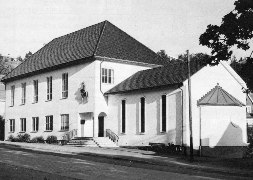 Bilde av Sandar Menighetshus og Olavs kapell på Landstads plass