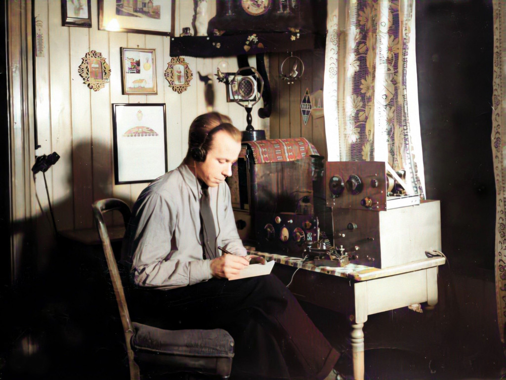 Bilde av Harald Børresen med selvbygd radio