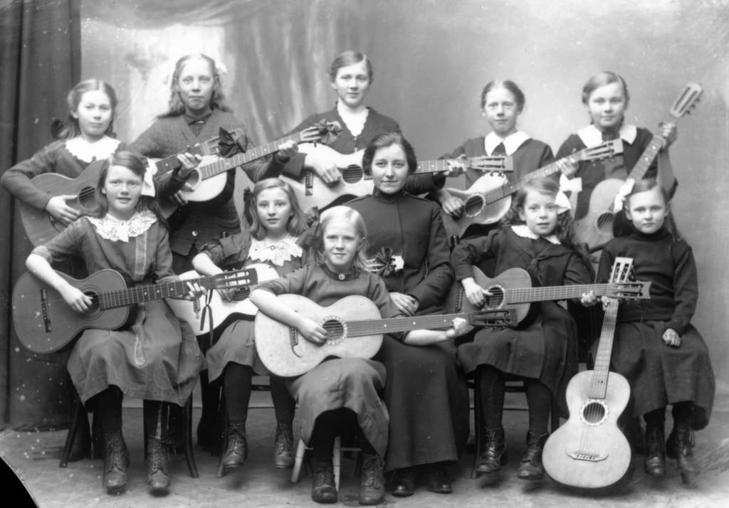 Bilde av Freslsesarmeens gitargruppe