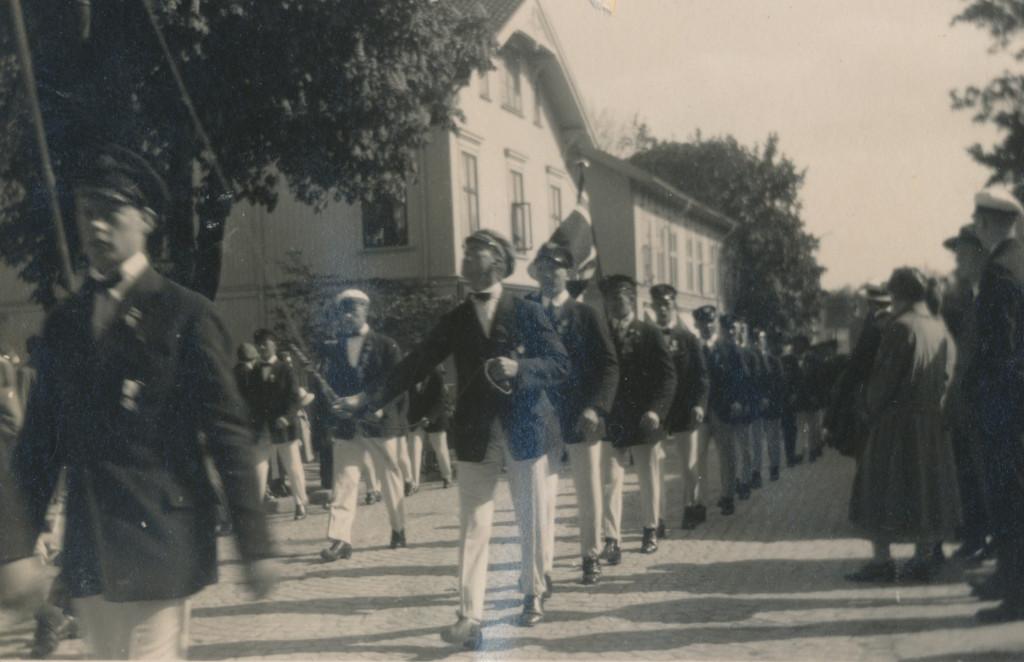 Bilde av Prosesjon av turnere i Storgata
