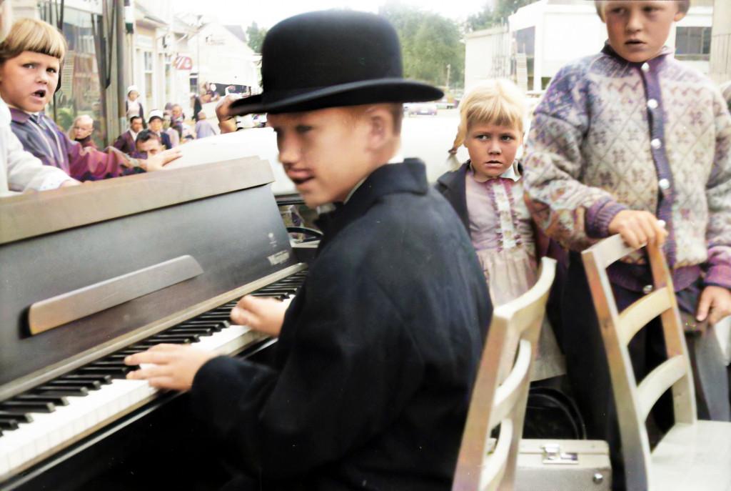 Bilde av Åge spiller på Torget