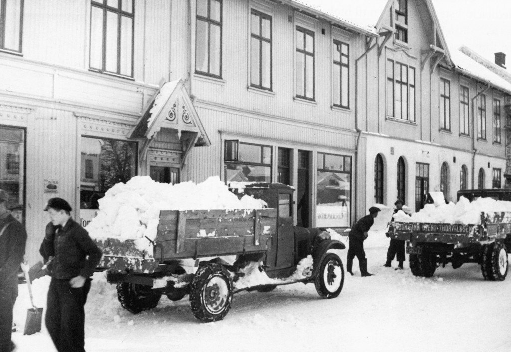 Bilde av Aagaards Plass 1 Snørydding på gamlemåten