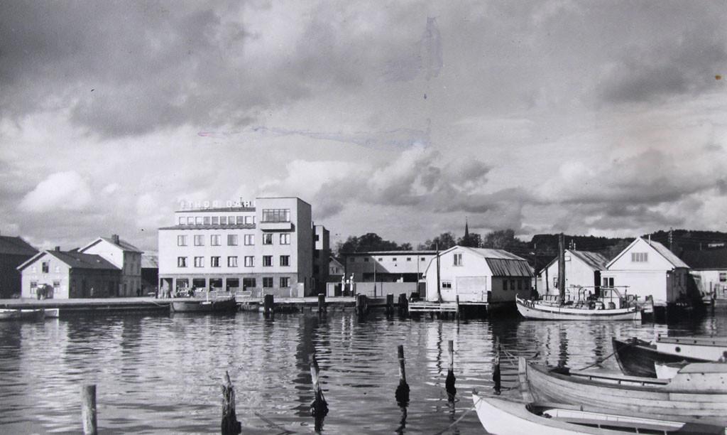 """Bilde av Litt av bryggeområdet sett fra """"Båtbryggen""""."""