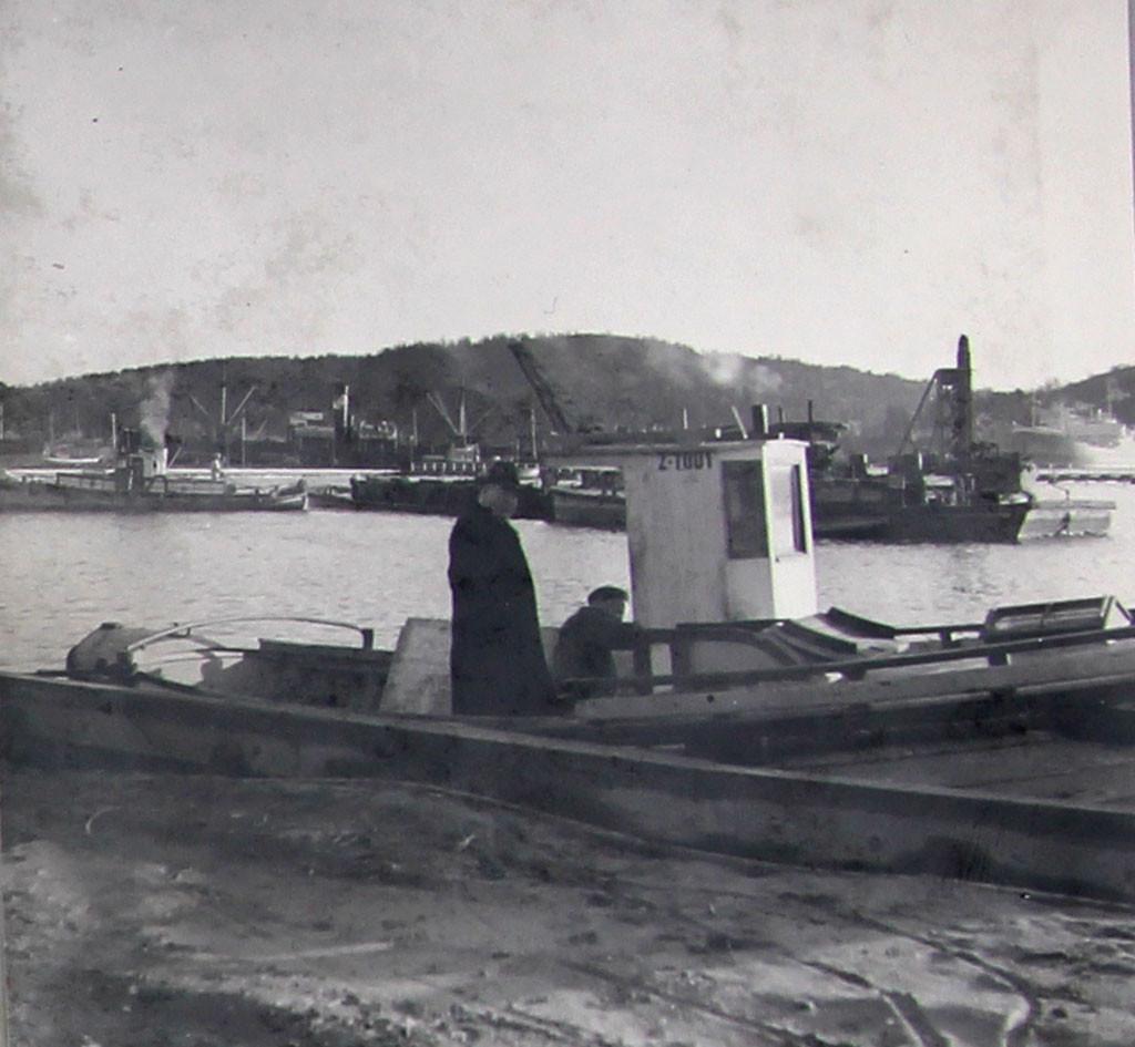 Bilde av Brygga  -  Havnefogd Hans Olsen på inspeksjon