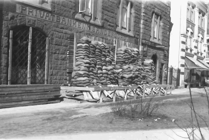 Bilde av Sandsekker foran Privatbanken