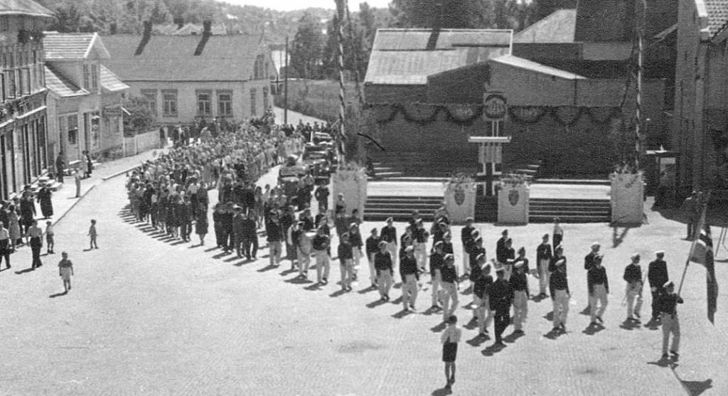 Bilde av Musikkorps marsjerer på Torget