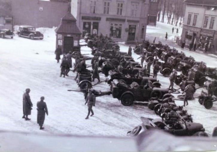 Bilde av Oppstilling av feltkanoner på Torget