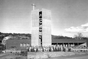 Bilde av Happy Singers foran Vesterøy Kirke