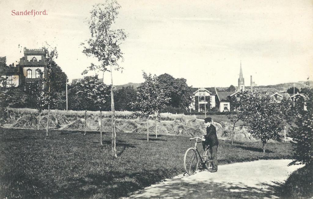 Bilde av Hjertnes Hovedgård til venstre
