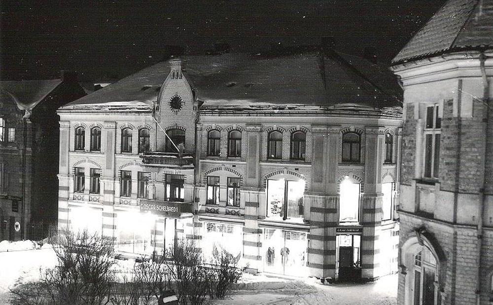 Bilde av Kongens gate 8, Schelbreds butikk i nattlys