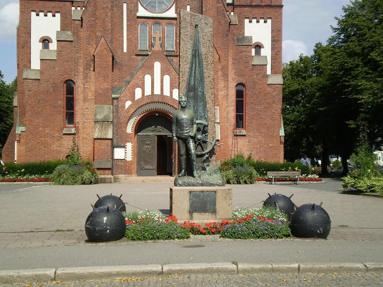 Bilde av Sjømannsminnesmerket foran kirken