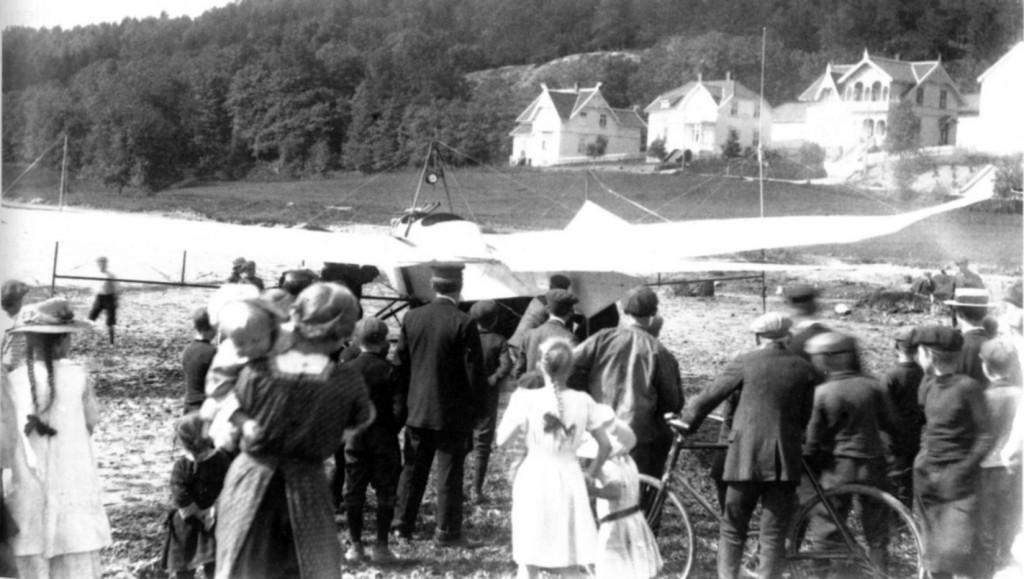 Bilde av Folkeansamling da det første flyet landet i Sandefjord