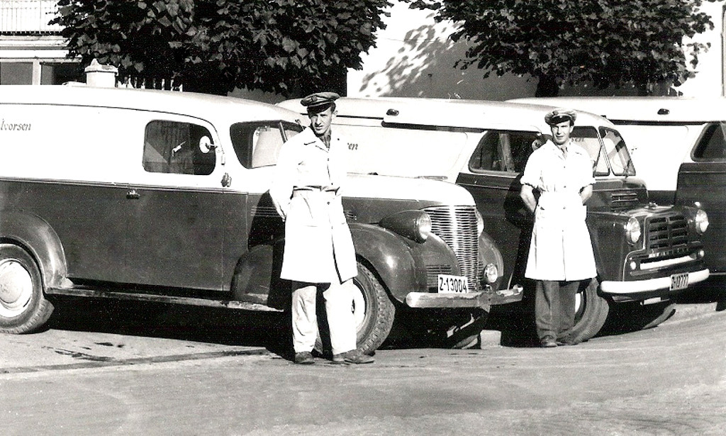 Bilde av Biler og sjåfører hos Ivar Halvorsen A/S på 1950-tallet