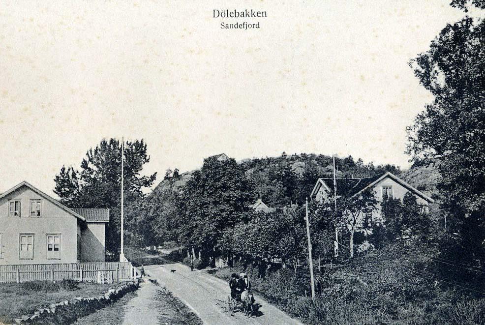 Bilde av Dølebakken nr. 3 og gamle Sande skole