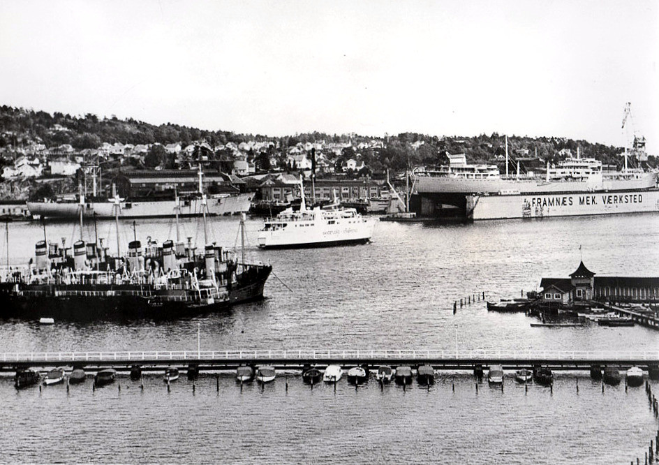 Bilde av Hvalbåter i indre havn