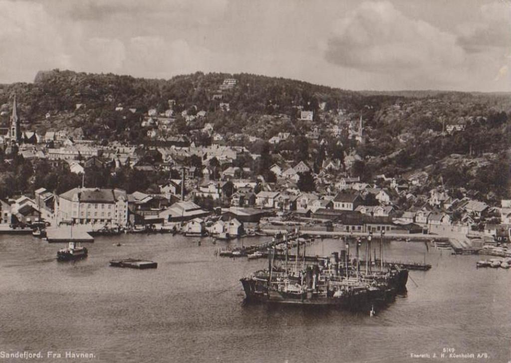 Bilde av Indre havn med hvalbåter