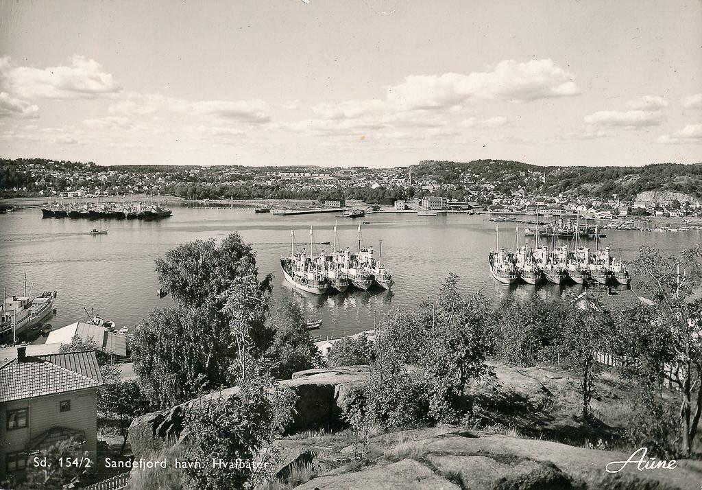 Bilde av Hvalbåter i opplag ved Huvik