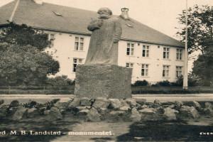 Bilde av Landstadsmonumentet med Sandar Herredshus