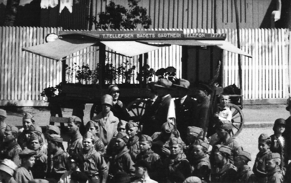 Bilde av Torget med samling av speidere 17.mai 1945