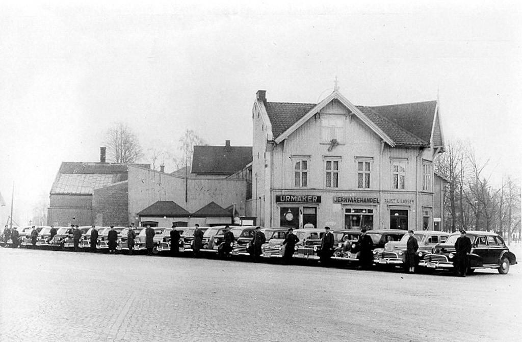 Bilde av Utstilling av drosjer på Torget