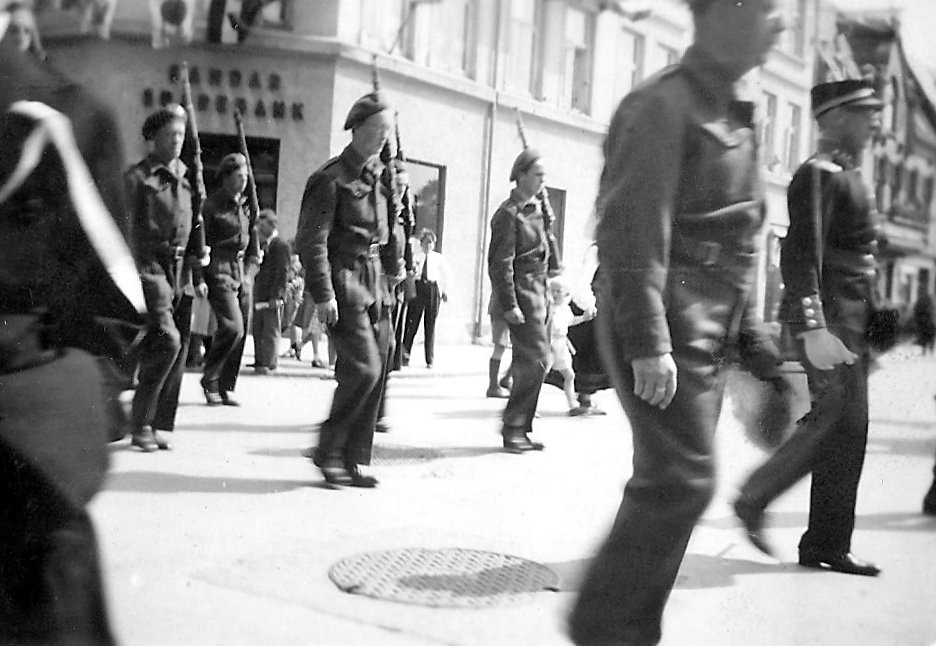 Bilde av Milorg marsjerer i gatene