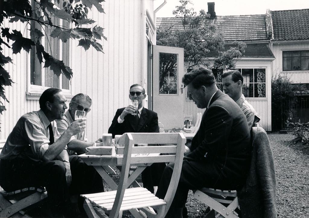 Bilde av Gemyttelig møte i Sandefjord Roklubb på Kafe Iris i 1947.