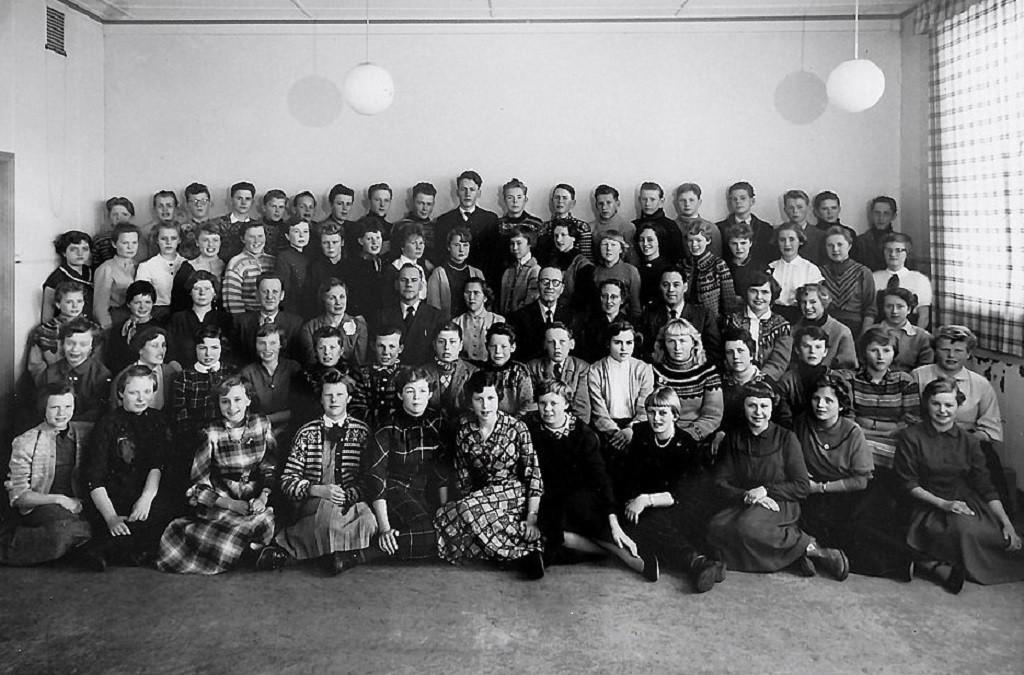 Bilde av Sande Skole . Framhald-skolen 1955 - 1956.