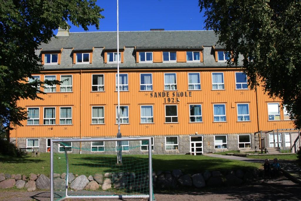 Bilde av Sande Skole i nyere tid.