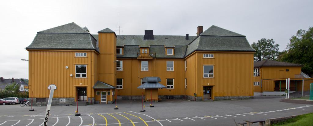 Bilde av Sande Skole - inngangspartiene.