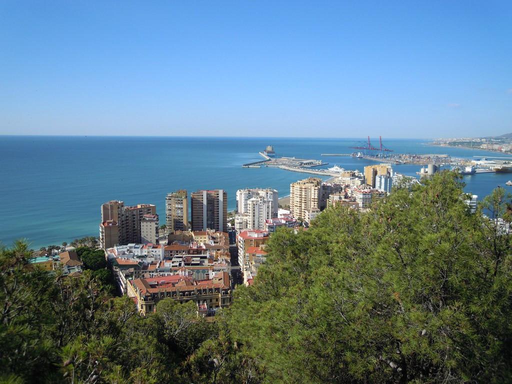Bilde av Malaga by med havnen.